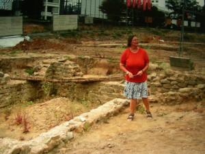Frau Dr. Hampel - Leiterin des Denkmalamts - vor den Resten eines römischen Kellers